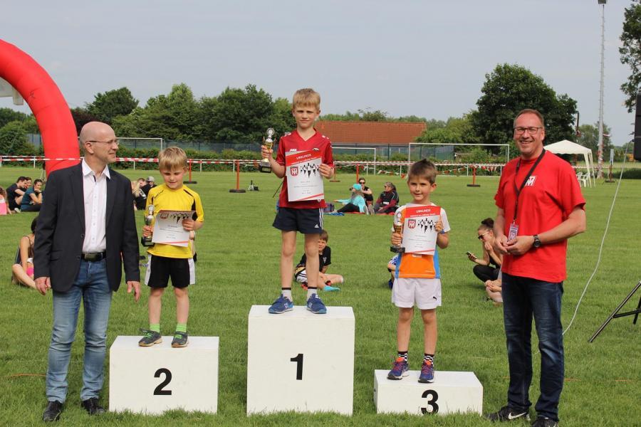 Siegerehrung des 300m Volksbank BraWo-Minilaufs (Jungen, U8)