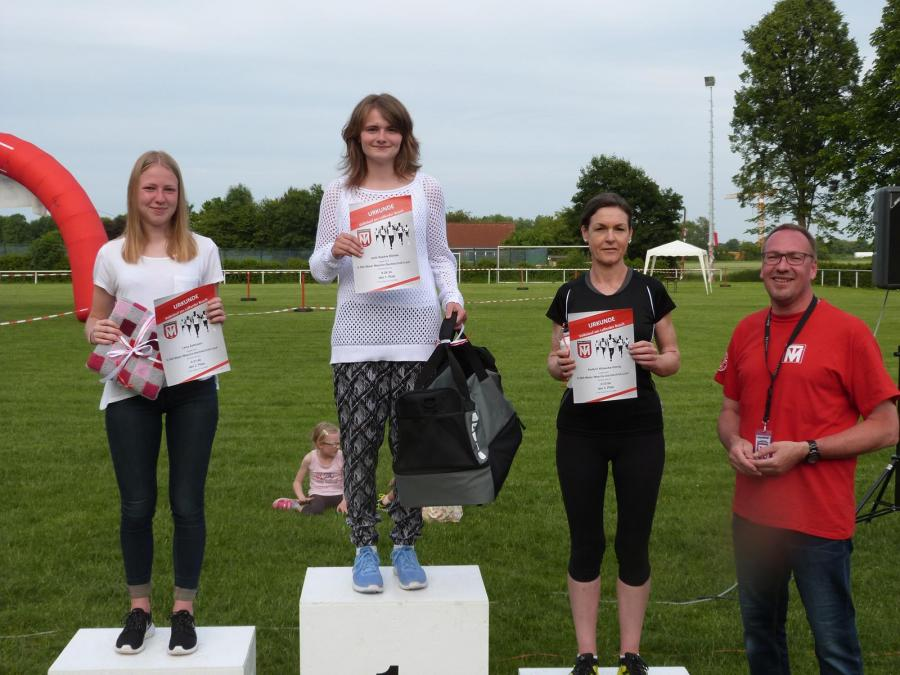 Siegerehrung des 6.000m Wesche Dachtechnik-Laufs (Damen, Ü18)