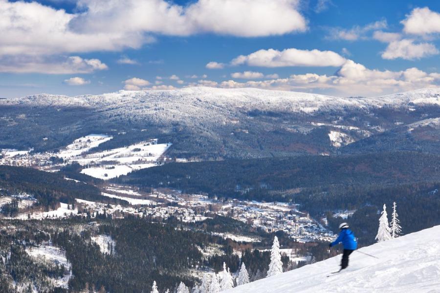 Skifahren am Großen Arber mit Blick auf Bayerisch Eisenstein