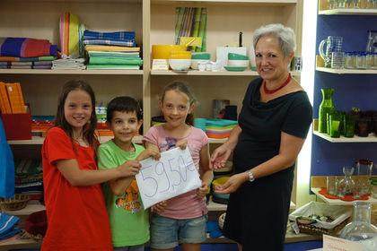 Vivien, Manuel und Silvana übergeben Spende im WeltMarkt