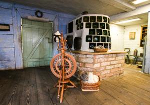Altenteil_Haus Suschow_Kachelofen und Spinnrad_Freilandmuseum Lehde Foto_MuseumOSL
