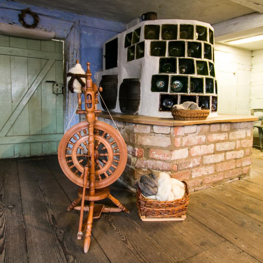 Kachelofen und Spinnrad_Freilandmuseum Lehde Foto_MuseumOSL