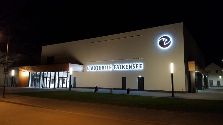 Stadthalle Falkensee Nachtansicht