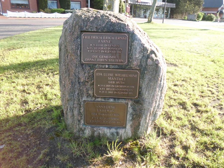 Zu Ehren der Stifter/inner wurde ein Gedenkstein am Thingplatz aufgestellt.