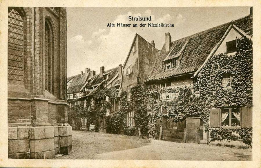 Stralsund Alte Häuser an der Nikolaikirche