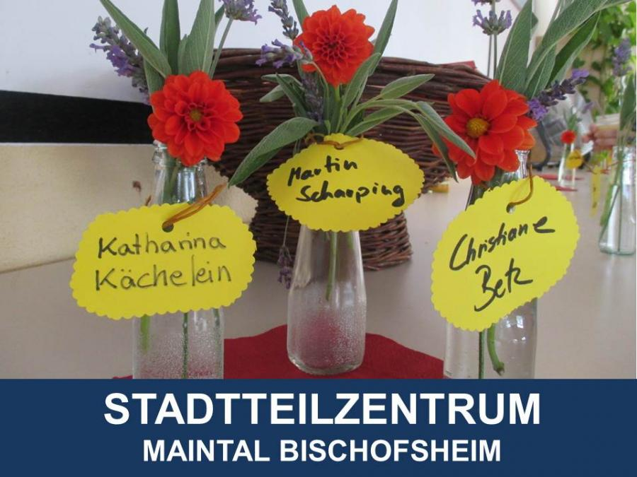 Link zu Stadtteilzentrum Maintal Bischofsheim; Bild zeigt drei Blumen in Vasen mit den Namenszetteln Katharina Kächelein, Martin Scharping und Christiane Betz