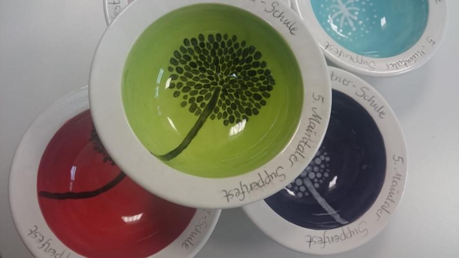 Bild zeigt elbst gestaltete Suppenschüsseln von Schüler*innen der Erich-Kästner-Schule für das 5. Maintaler Suppenfest; Bildrechte: Streitenberger