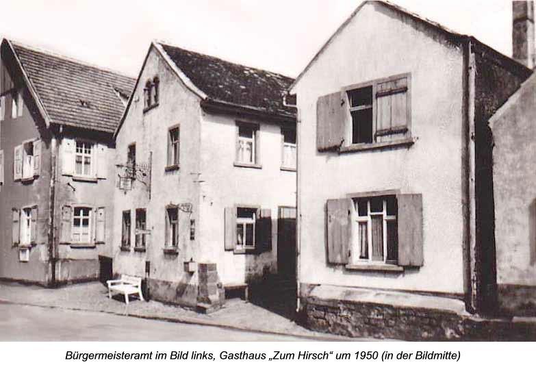 """Bürgermeisteramt im Bild links, Gasthaus """"Zum Hirsch"""" um 1950 (in der Bildmitte)"""