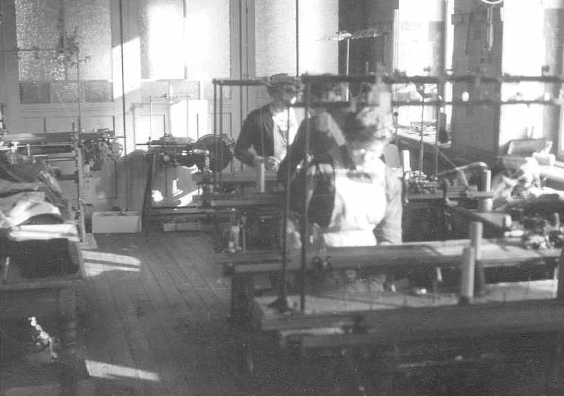 Strickerei im Textilgeschäft Bastian vor 1960 , Hauptstr. 24