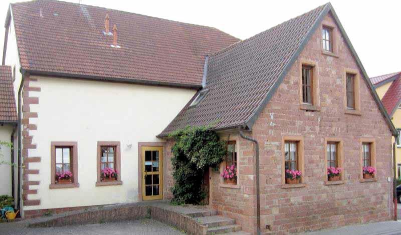 """1842 mit Sandstein errichtetes Anwesen, Anbau vorne von 1887. Bis 1951 Gasthaus """"Zur Linde"""""""
