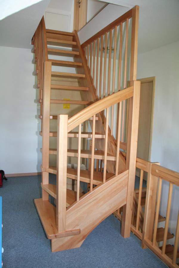 viertelgewendelte Treppe, einseitigt freitragend in Buche