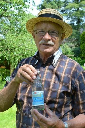 Lothar Becker schmeckt das neue Tafelwasser