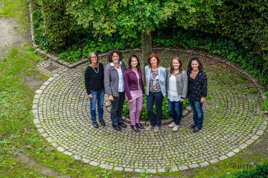 Bild zeigt das sechsköpfige Team des Hessischen KinderTagespflegeBüros im Hinterhof des Rathauses