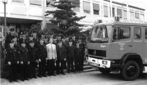 Übergabe des neuen Fahrzeuges LF 8/6 durch den Bürgermeister Rudi Kübler an die Feuerwehr 1992