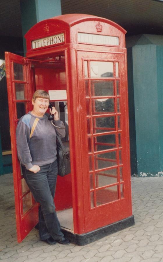 Die rote Telefonzelle vor der Schule