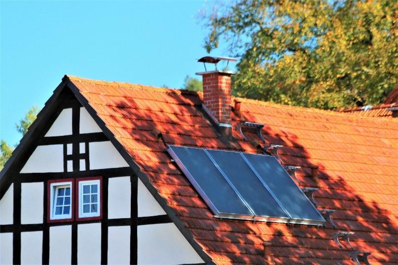 Thermische Solaranlage zur Warmwasserbereitung - eine Möglichkeit der Gebäudesanierung (Quelle: Hessische Energiesparaktion)