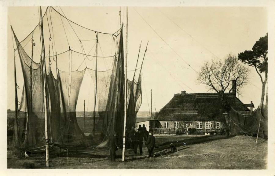 Thießow Rügen Aalreuse mit altem Fischerhaus