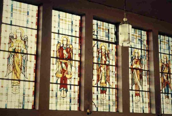 """Bild: sogenannte """"Engelsfenster"""" in der katholischen Kirche """"St. Clemens Maria""""; gestaltet durch Richard Süßmuth"""