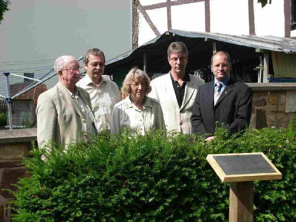 Foto: Aufstellung einer Gedenktafel vor der Kirche zur Erinnerung an die Naziopfer der jüdischen Familie Hammerschlag