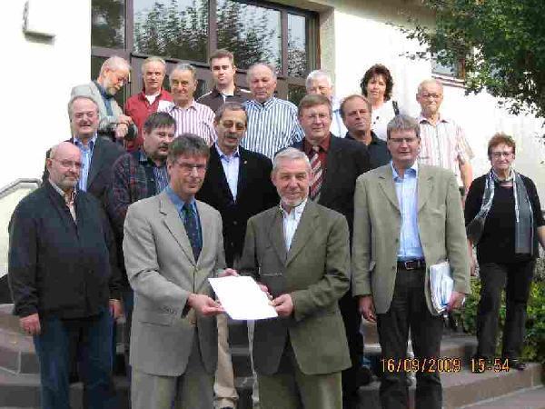 Foto: Bescheidübergabe für Grünordnungsmaßnahmen im Rahmen der Dorferneuerung Mariendorf