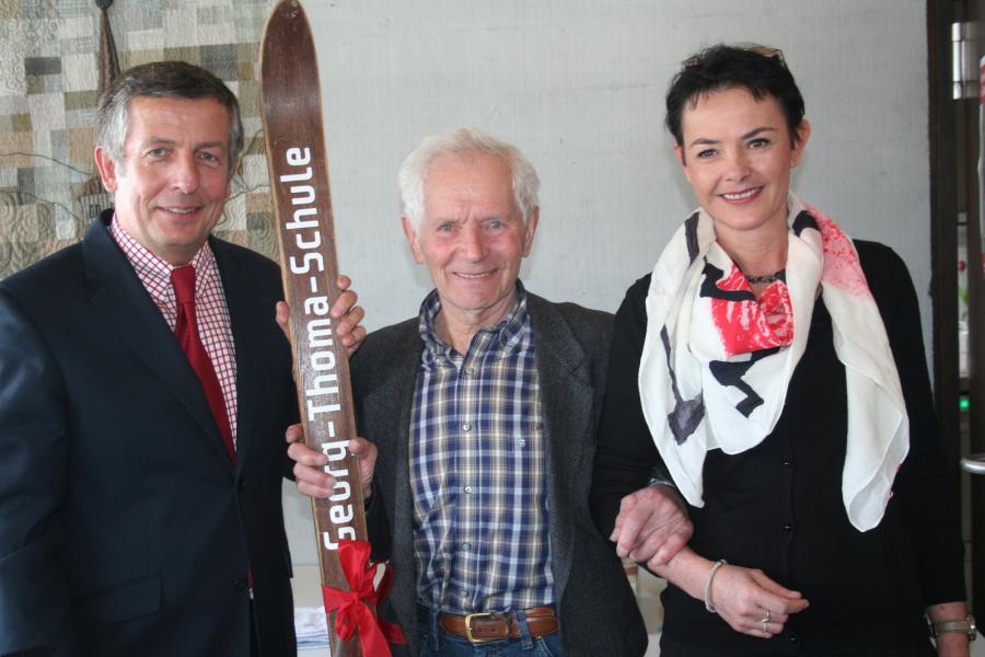 Bürgermeister Klaus-Michael Tatsch mit Georg Thoma, dem Namensgeber, und Schulleiterin Friederike Lanz