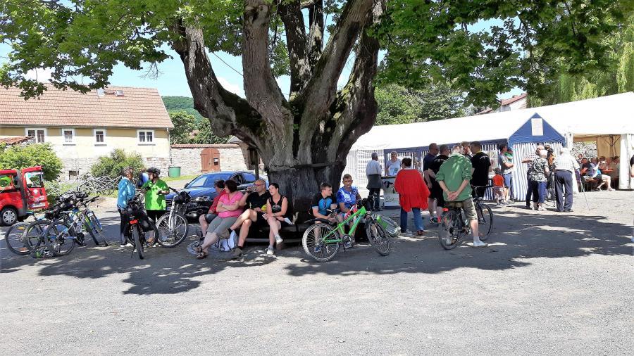 zahlreiche Radfahrer beim anschließenden Fest der Kaltennordheimer Spatzen