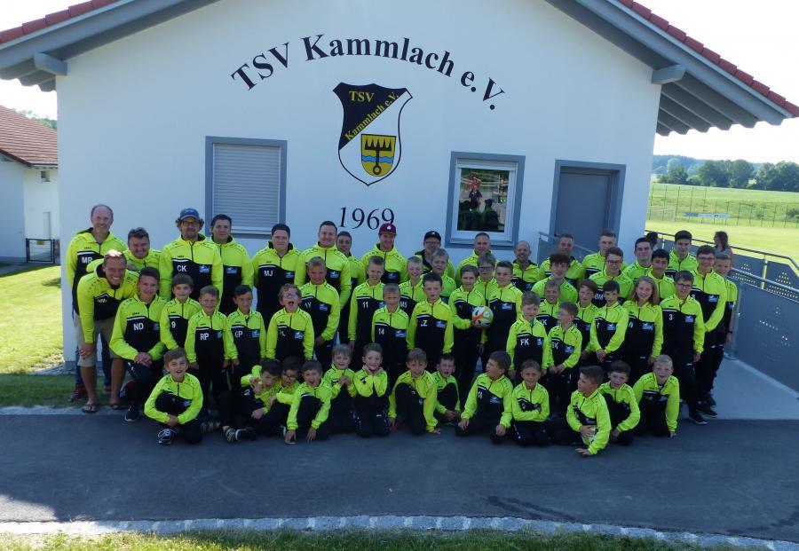 Unsere Jugendabteilung in ihren neuen Trainingsanzügen (gesponsert von der JYSK Logistik GmbH (Dänisches Bettenlager))