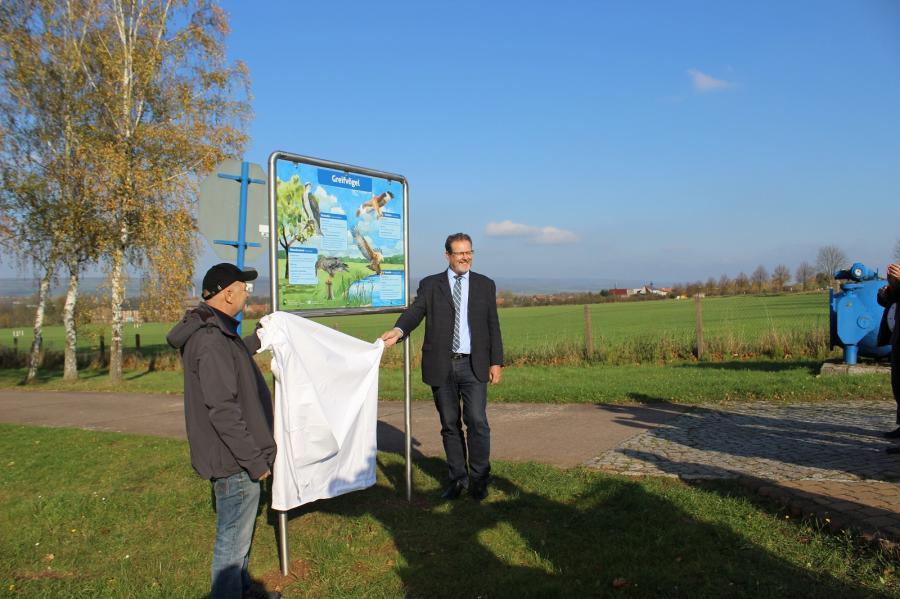 Der Staatssekretär im Umweltministerium, Herr Klaus Rehda, enthüllt symbolisch die 1. Schautafel am Haupteingang