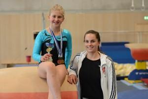Julia Vogt-Ladner mit Trainerin