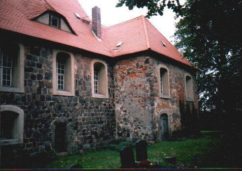 Übergang von Turm und Schiff auf der Südseite der Kirche.