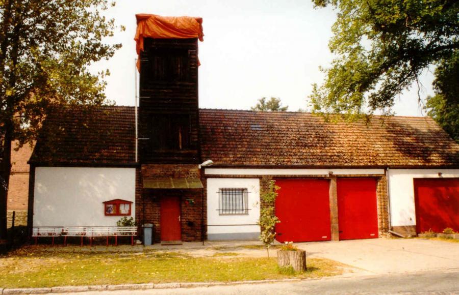 """Das Gerätehaus mit dem """"Verhüterli"""" auf dem Schlauchturm, im Jahre 2002."""