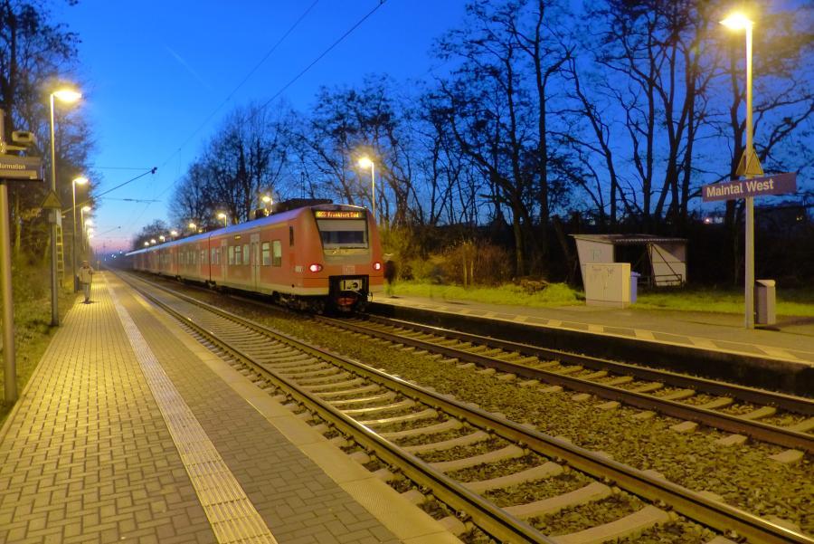 Bild zeigt eine einfahrende Bahn am Bahnhof Maintal West