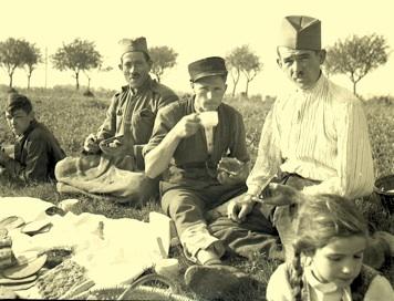 Kriegsgefangene (Kroaten?) Vesper auf dem Feld (Kartoffel-Ernte 1941)