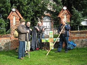 Pilger vor der Pilgerunterkunft in Barsikow