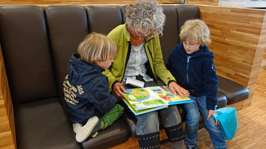 Bild zeigt eine Seniorin beim Vorlesen; Foto: Pixabay