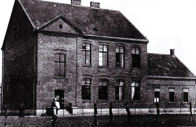 Ein Foto des Schulgebäudes aus dem Jahre 1904.