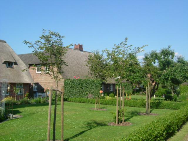 gewähren Einblick in gepflegte Gärten