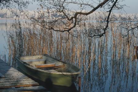 Boot auf winterlichem See, Foto: Paetznick