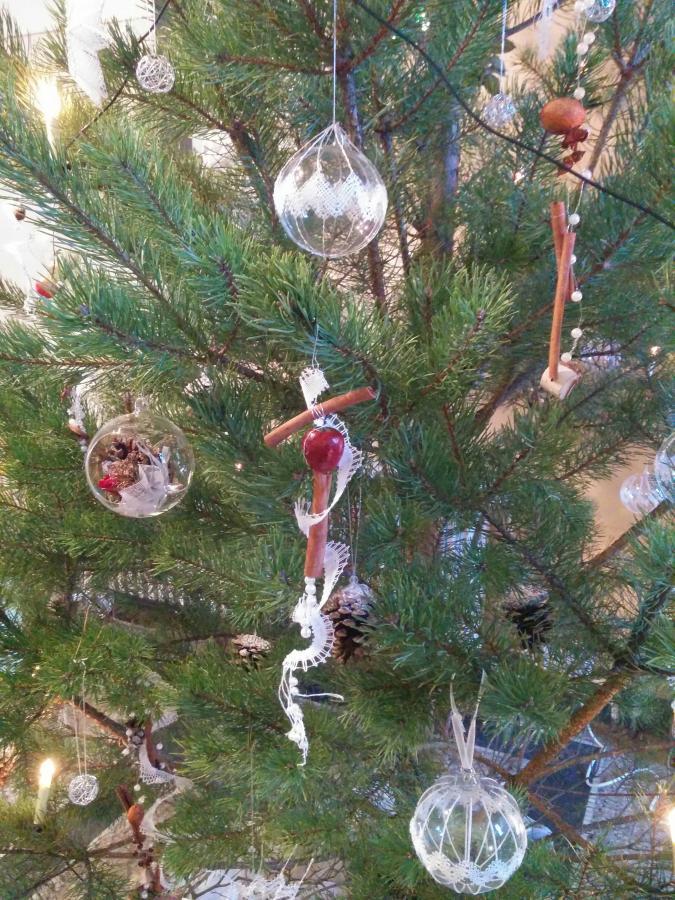 selber geklöppelter Weihnachtsbaumschmuck