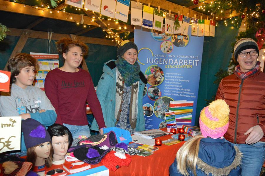 """Verkauf der """"Mützen mit Herz"""" auf dem Weihnachtsmarkt in Kirchzarten"""