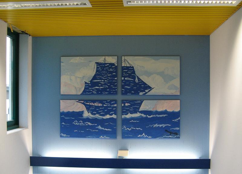 Wellenschiff im blauen Flur