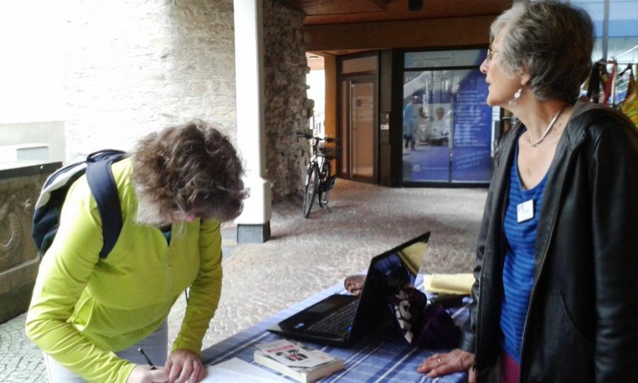 Unterschriftenaktion am Weltladentag