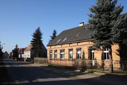Ehemaliger Kolonialwarenladen und Blick in die Schulstraße in Mattendorf
