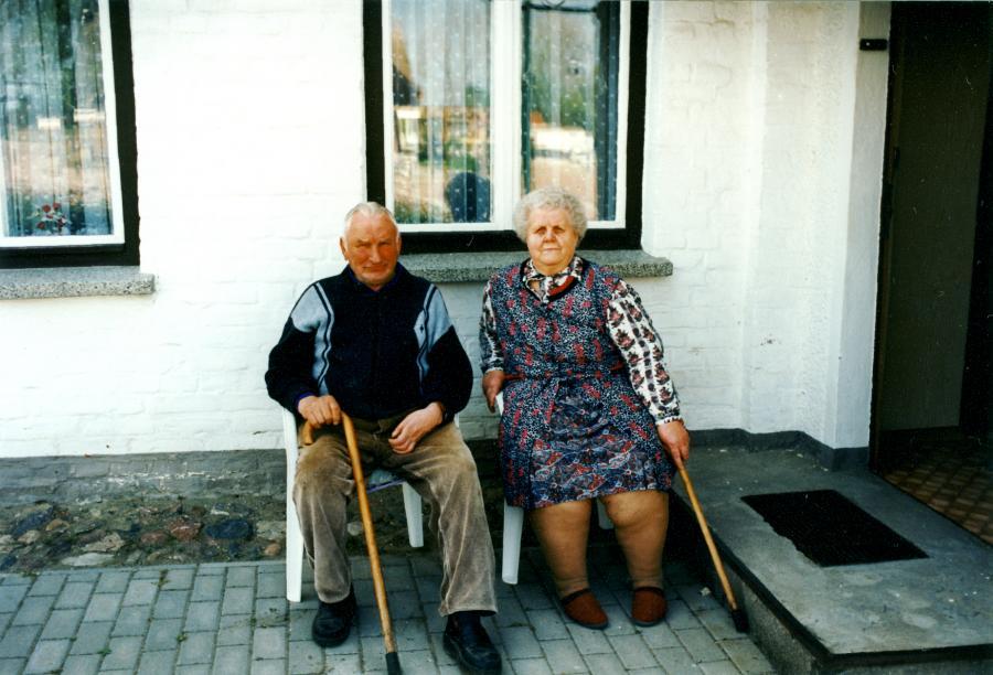 Willi und Elise Tübbicke vor ihrem Haus am Hafen, etwa 1995