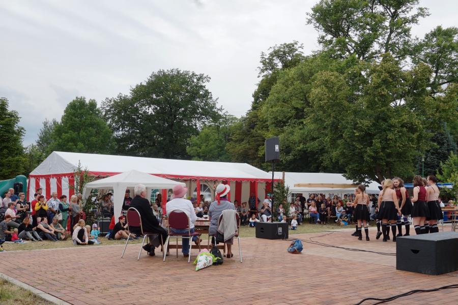 Publikumsansturm beim Auftritt der Eifrigen Bande beim Dorffest 2017