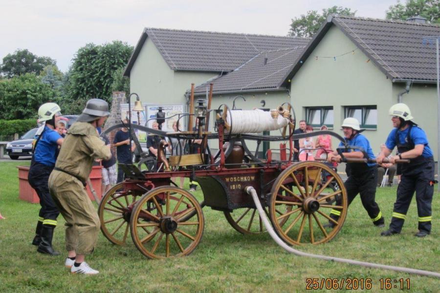 Einsatz der historischen Feuerwehrspritze von 1910 beim Dorf- und Kinderfest