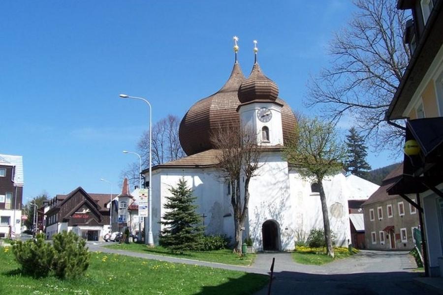 Das Wahrzeichen von Zelezna Ruda: Die barocke Pfarrkirche Mariä Hilf vom Stern mit Zwiebelkuppel und Zwiebelturm
