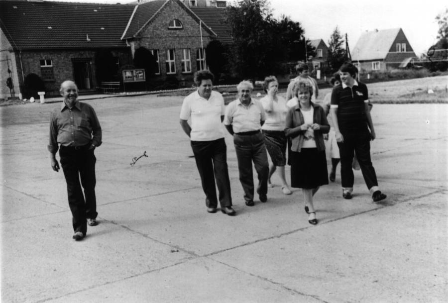 Ziegeleimitarbeiter vor dem Sozialgebäude