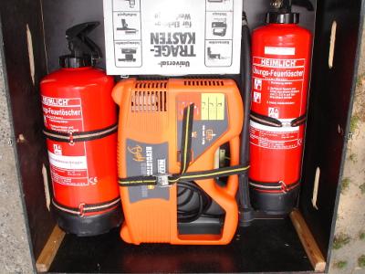 Zwei Handfeuerlöscher (6 und 9 Liter), Kompressor und Werkzeug