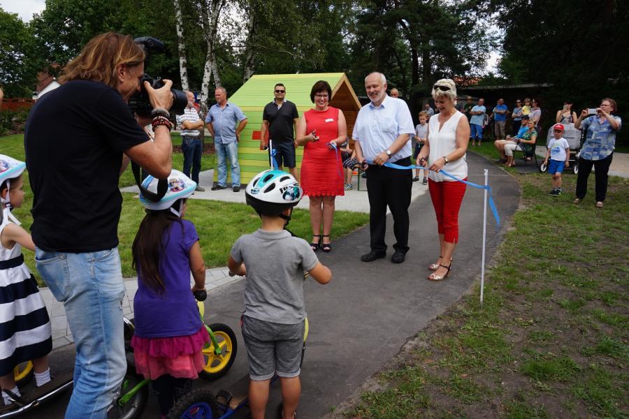 Einweihung der neuen Rollerbahn durch  Kitaleiterin Frau Herzog, Bürgermeister Thomas Zenker und Bianka Sebischka-Klaus